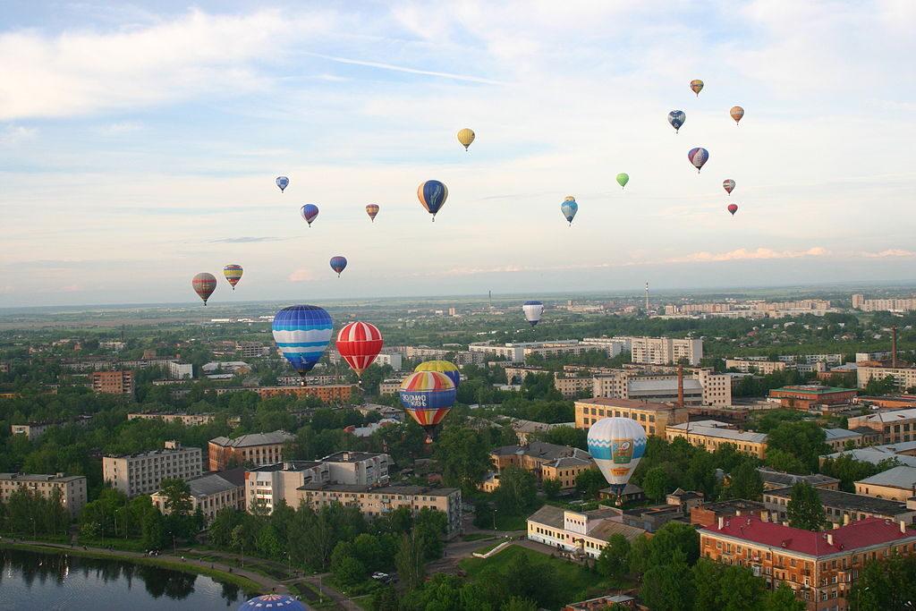 1024px-hot_air_balloon_festival_velikiye_luki2c_pskov_region